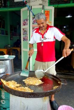Hoy Tod (fried mussel omelette) vendor