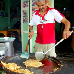 Hoy Tod (fried mussel omelette) vendor