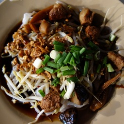 Guaythiew Lod - stuffed flat rice noodles in Yaorawat Chinatown